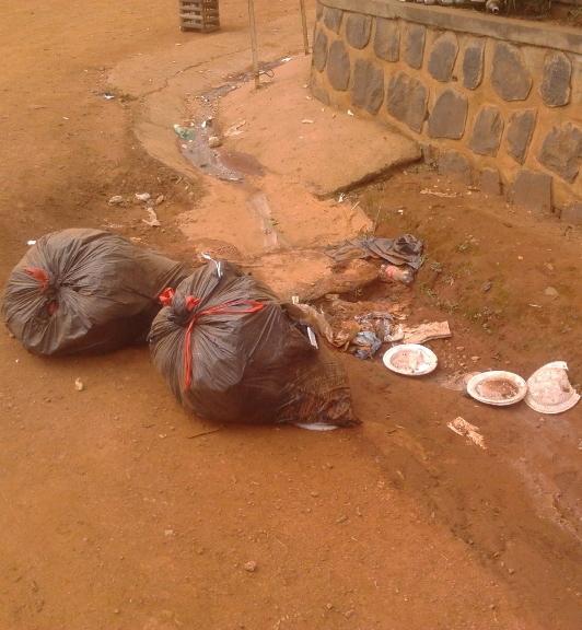 Tas d'ordures dans un caniveau à Bamenda