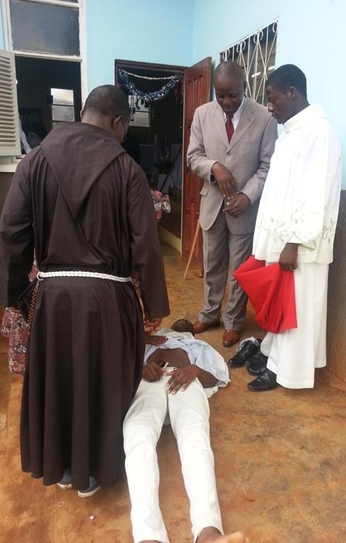 jeune servant de messe à Bamenda