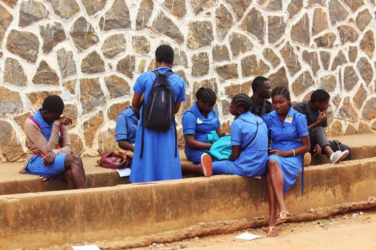 élèves sur la cour du Lycée de Biyem-assi