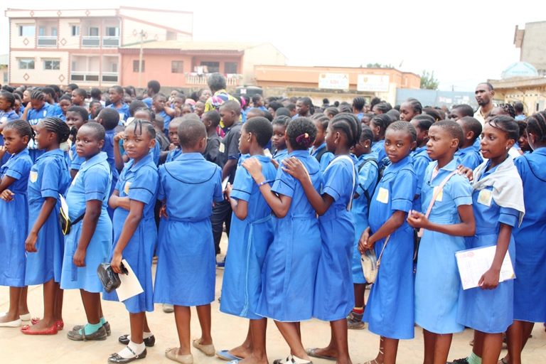 Des élèves du Lycée de Biyem-assi alignés