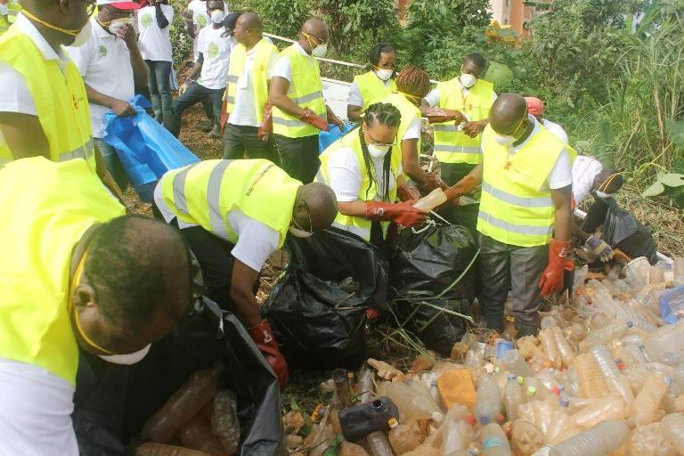 Ramassage des ordures dans les drains de la Cité Verte